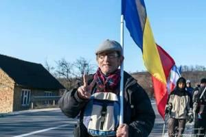 Antal Francisc duce steagul Bistritei si Romaniei pe jos la Chisinau